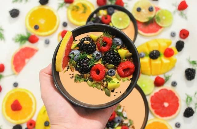 zdrowa sałatka z warzyw i owoców