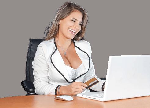 kobieta z dużym biustem przy komputerze
