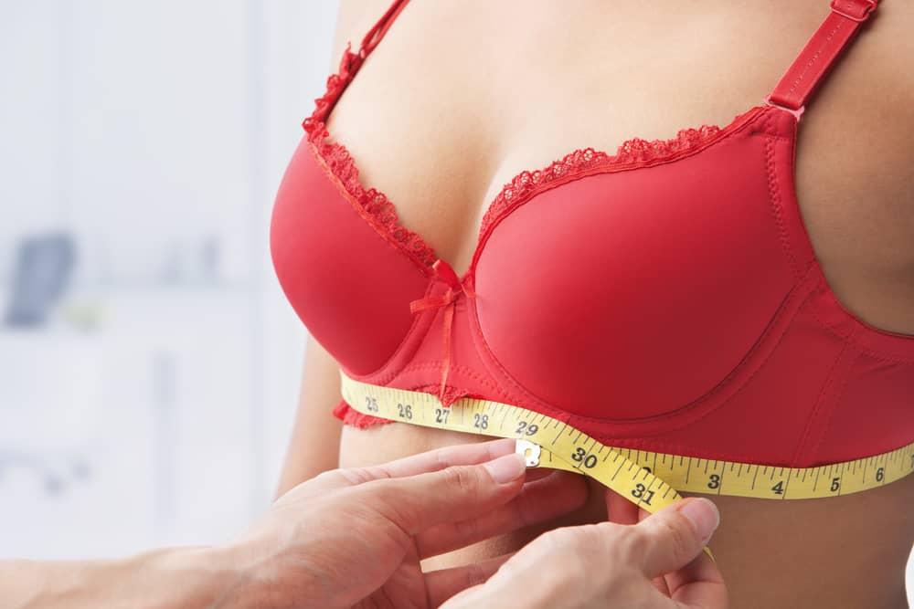 kobiecy biust mierzony centymetrem
