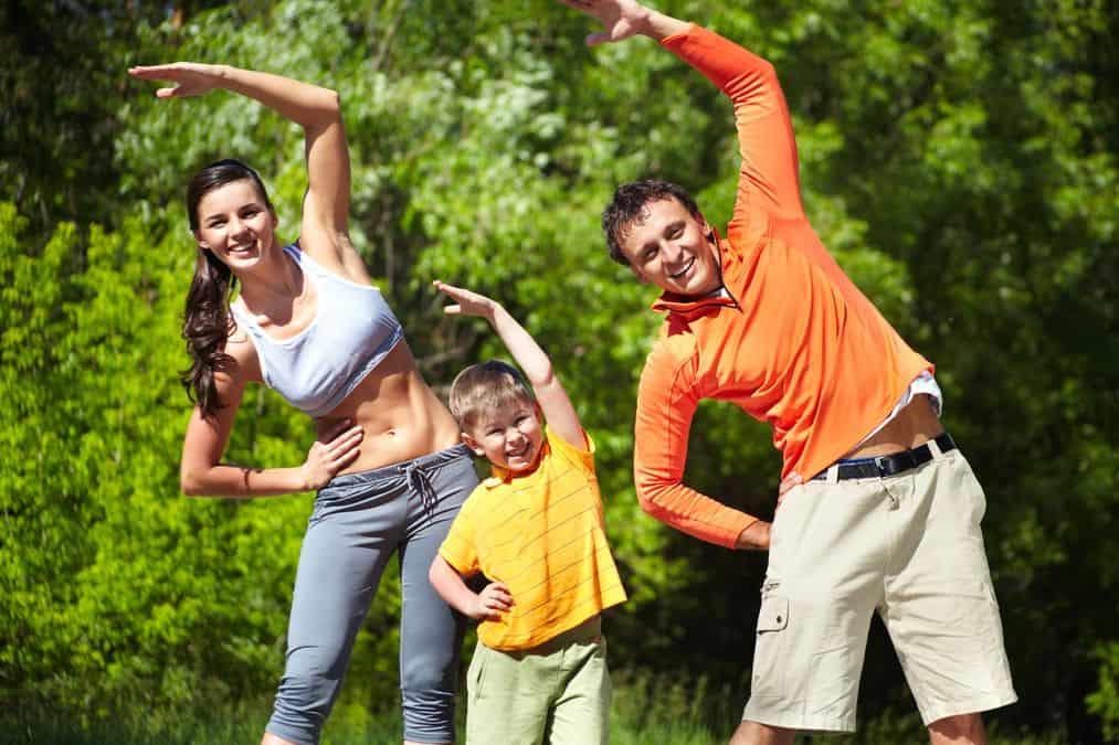 Rodzina ćwiczy w parku