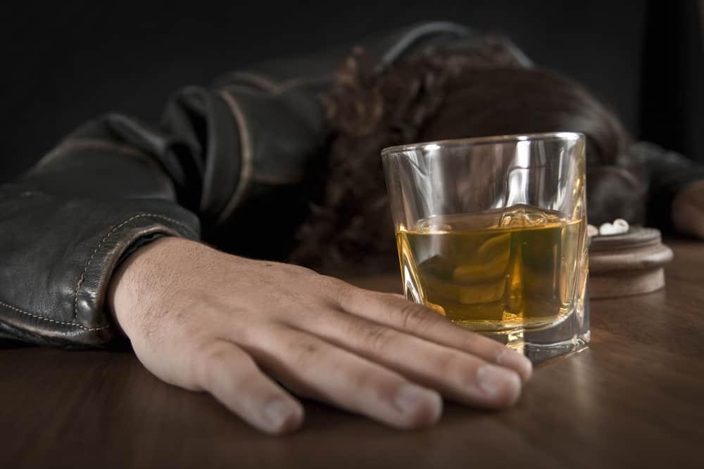 pijany mężczyzna i szklanka whisky