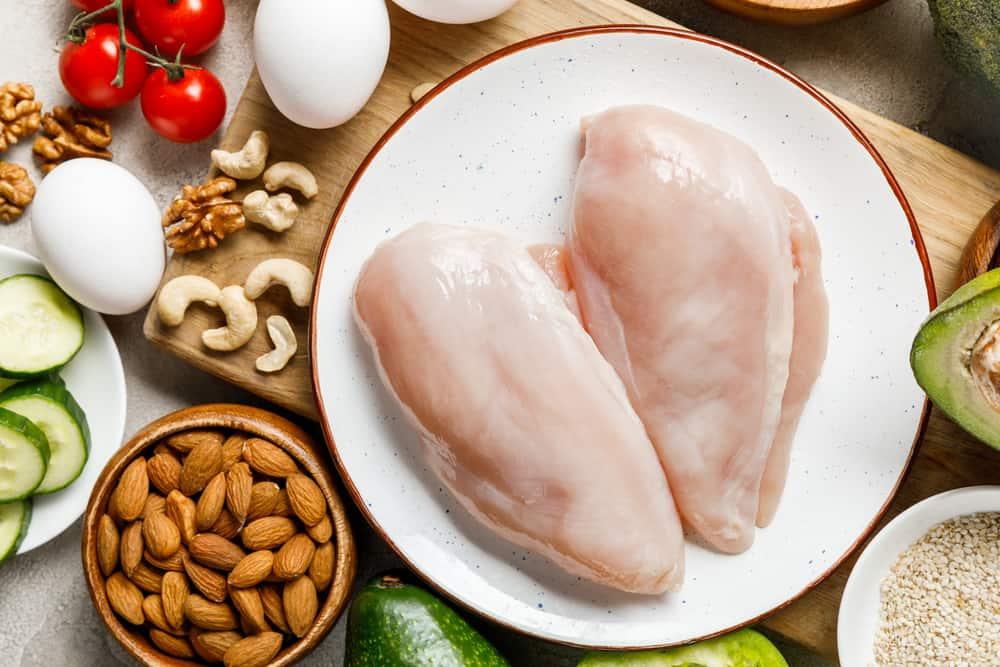 pierś z kurczaka na talerzu