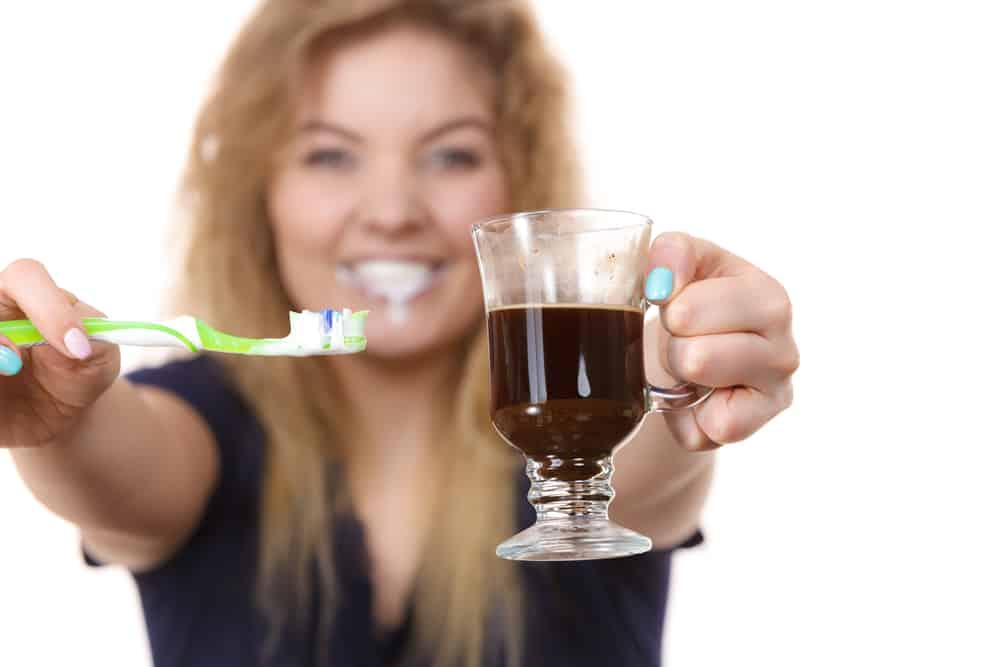 kobieta z kawą i szczoteczką